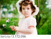 Девочка в шляпке с цветами в руках. Стоковое фото, фотограф Юлия Кочетова / Фотобанк Лори
