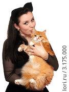 Купить «Брюнетка целует рыжего кота», фото № 3175000, снято 3 марта 2010 г. (c) Сергей Сухоруков / Фотобанк Лори