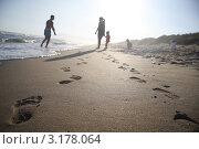 Семья отдыхает на море. Стоковое фото, фотограф Дмитрий Романенко / Фотобанк Лори
