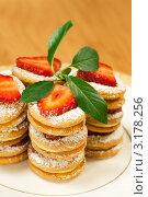 Печенье бисквитное с кремом и ягодами клубники. Стоковое фото, фотограф ElenArt / Фотобанк Лори