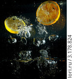 Апельсин и лимон в воде. Стоковое фото, фотограф Aлина Журавлева / Фотобанк Лори