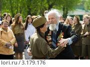 Купить «Девушка танцует с ветераном», фото № 3179176, снято 9 мая 2011 г. (c) Михаил Ворожцов / Фотобанк Лори