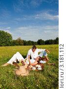 Купить «Портрет молодой пары на пикнике летним солнечным днем», фото № 3181112, снято 28 августа 2009 г. (c) CandyBox Images / Фотобанк Лори