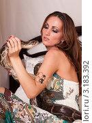 Красивая девушка с питоном сидит на кровати. Стоковое фото, фотограф Мельников Дмитрий / Фотобанк Лори