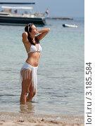 Купить «Симпатичная девушка загорает в море на фоне яхты», фото № 3185584, снято 21 сентября 2009 г. (c) CandyBox Images / Фотобанк Лори
