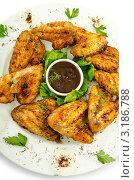 Купить «Жареные куриные крылышки с соусом на тарелке», фото № 3186788, снято 20 августа 2011 г. (c) Elnur / Фотобанк Лори