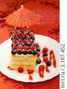 Купить «Вкусное пирожное с ягодами смородины», фото № 3187452, снято 18 октября 2011 г. (c) ElenArt / Фотобанк Лори