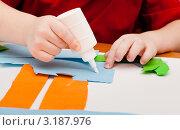 Купить «Детские руки с тюбиком клея», эксклюзивное фото № 3187976, снято 22 января 2012 г. (c) Родион Власов / Фотобанк Лори