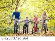 Купить «Семья с детьми на велосипедах», фото № 3190564, снято 8 октября 2011 г. (c) Raev Denis / Фотобанк Лори