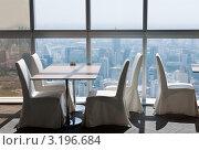 Купить «Пустой стол в ресторане в  небоскребе», фото № 3196684, снято 11 декабря 2011 г. (c) Руслан Кудрин / Фотобанк Лори