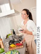 Купить «Счастливая девушка с бокалом красного вина на кухне», фото № 3197236, снято 21 октября 2009 г. (c) CandyBox Images / Фотобанк Лори