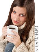 Купить «Портрет молодой брюнетки в теплой кофте с чашкой кофе в руках», фото № 3198912, снято 29 октября 2009 г. (c) CandyBox Images / Фотобанк Лори