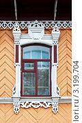 Купить «Окно с декоративными резными наличниками в старинном деревянном доме», фото № 3199704, снято 27 сентября 2011 г. (c) Виктор Сагайдашин / Фотобанк Лори