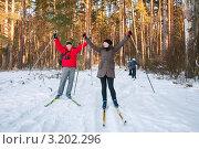 Счастливая семья.Мужчина и женщина на лыжах радостно подняли руки вверх (2012 год). Редакционное фото, фотограф Игорь Низов / Фотобанк Лори