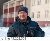 Купить «Мужчина-лыжник средних лет стоит с лыжными палками на фоне дома», эксклюзивное фото № 3202308, снято 28 января 2012 г. (c) Игорь Низов / Фотобанк Лори