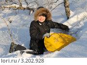 Мальчик играет в снегу. Стоковое фото, фотограф Вадим Батаев / Фотобанк Лори