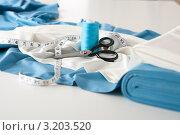 Принадлежности для шитья одежды на столе дизайнерской студии. Стоковое фото, фотограф CandyBox Images / Фотобанк Лори