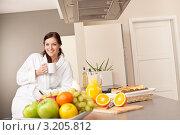 Купить «Портрет молодой брюнетки с чашкой кофе на кухне за завтраком», фото № 3205812, снято 23 января 2010 г. (c) CandyBox Images / Фотобанк Лори