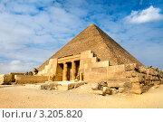 Купить «Вид на одну из великих пирамид Гизы около города Каир, Египет», фото № 3205820, снято 20 января 2012 г. (c) Николай Винокуров / Фотобанк Лори
