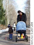 Купить «Отец и сын с коляской на прогулке», фото № 3207204, снято 3 апреля 2010 г. (c) Оксана Лычева / Фотобанк Лори