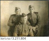 Купить «Старое фото 1944 года. Боевые товарищи.», фото № 3211804, снято 26 февраля 2020 г. (c) Sergey Kohl / Фотобанк Лори