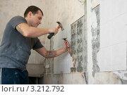 Купить «Ремонт. Мастер демонтирует плитки», эксклюзивное фото № 3212792, снято 27 января 2012 г. (c) Валерия Попова / Фотобанк Лори