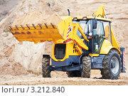 Купить «Экскаватор с песком в ковше», фото № 3212840, снято 23 января 2020 г. (c) Дмитрий Калиновский / Фотобанк Лори