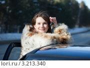 Купить «Счастливая девушка в шубе стоит у машины и держит ключи в руке», фото № 3213340, снято 27 февраля 2011 г. (c) Яков Филимонов / Фотобанк Лори