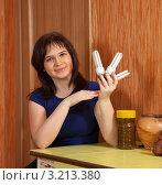Купить «Женщина держит в руках энергосберегающие лампочки», фото № 3213380, снято 31 января 2012 г. (c) Яков Филимонов / Фотобанк Лори