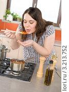 Купить «Девушка пробует приготовленный итальянский томатный соус», фото № 3213752, снято 22 апреля 2010 г. (c) CandyBox Images / Фотобанк Лори