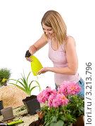 Купить «Блондинка опрыскивает комнатные растения», фото № 3213796, снято 30 апреля 2010 г. (c) CandyBox Images / Фотобанк Лори