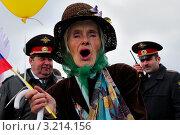 Женщина ветеран в шляпе и цветном платке на параде (2011 год). Редакционное фото, фотограф Иван Травяников-Диденко / Фотобанк Лори