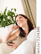Купить «Мечтательная шатенка с плеером слушает музыку», фото № 3214840, снято 16 мая 2010 г. (c) CandyBox Images / Фотобанк Лори