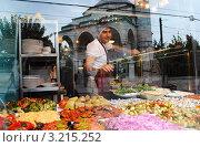 Купить «Стамбул. Продавец еды.», фото № 3215252, снято 31 октября 2011 г. (c) Екатерина Шелыганова / Фотобанк Лори