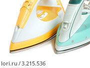 Купить «Желтый и голубой электрический утюги», фото № 3215536, снято 4 июля 2009 г. (c) Наталия Евмененко / Фотобанк Лори
