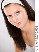 Купить «Спокойная шатенка с повязкой на голове», фото № 3216608, снято 16 июня 2010 г. (c) CandyBox Images / Фотобанк Лори