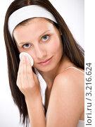 Купить «Шатенка удаляет косметику с лица ватным диском», фото № 3216624, снято 16 июня 2010 г. (c) CandyBox Images / Фотобанк Лори