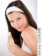 Купить «Девушка держит флакон с шампунем», фото № 3216640, снято 16 июня 2010 г. (c) CandyBox Images / Фотобанк Лори