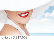 Купить «Улыбка девушка в белой шляпе», фото № 3217068, снято 15 декабря 2011 г. (c) Дмитрий Эрслер / Фотобанк Лори
