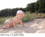 Малыш в трусиках и панамке ползет по песку на пляже. Стоковое фото, фотограф бобух олег / Фотобанк Лори