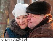 Купить «Счастливая пара.Мужчина обнимается с женщиной зимой на улице», эксклюзивное фото № 3220684, снято 28 января 2012 г. (c) Игорь Низов / Фотобанк Лори