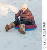 Купить «Девочка едет с горки на тюбинге», эксклюзивное фото № 3221968, снято 28 января 2012 г. (c) Игорь Низов / Фотобанк Лори