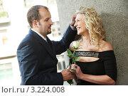 Купить «Мужчина дарит женщине розу на улице», фото № 3224008, снято 19 марта 2019 г. (c) Дмитрий Калиновский / Фотобанк Лори