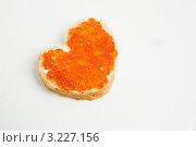 Бутерброд с красной икрой в виде сердца. Стоковое фото, фотограф Костырина Елена / Фотобанк Лори