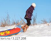 Купить «Девочка с тюбингом поднимается в гору», эксклюзивное фото № 3227208, снято 5 февраля 2012 г. (c) Игорь Низов / Фотобанк Лори