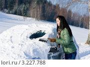 Купить «Девушка очищает снег с лобового стекла автомобиля», фото № 3227788, снято 2 декабря 2010 г. (c) CandyBox Images / Фотобанк Лори