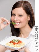 Купить «Девушка держит тарелку с аппетитной пастой», фото № 3230692, снято 4 февраля 2011 г. (c) CandyBox Images / Фотобанк Лори