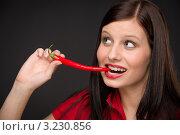 Купить «Симпатичная девушка с красным перцем чили», фото № 3230856, снято 4 февраля 2011 г. (c) CandyBox Images / Фотобанк Лори
