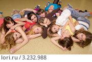 Купить «Лежащая группа  девушек», фото № 3232988, снято 19 сентября 2019 г. (c) Юрий Викулин / Фотобанк Лори