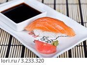 Суши с лососем на блюде с соевым соусом, имбирём и васаби. Стоковое фото, фотограф Наталия Китаева / Фотобанк Лори